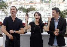 "<p>Director Michel Hazanavicius (R) poses with cast members Jean Dujardin (L) and Berenice Bejo (C) during a photocall for the film ""The Artist"" in competition at the 64th Cannes Film Festival in Cannes, May 15, 2011. REUTERS/Christian Hartmann</p>"