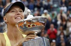 <p>Мария Шарапова с наградой теннисного турнира в Риме, 15 мая 2011 года. Российская теннисистка Мария Шарапова прибавила одну позицию в рейтинге WTA, последняя версия которого была опубликована в понедельник на сайте организации. REUTERS/Max Rossi</p>