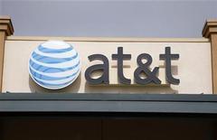 <p>Foto de archivo del logo de AT&T en una de sus tiendas en Broomfield, EEUU, abr 20 2011. AT&T prevé lanzar un servicio de seguridad inalámbrico para consumidores el año que viene para ayudar a combatir el incremento en los ciberataques en dispositivos móviles, dijo un alto ejecutivo de la firma. REUTERS/Rick Wilking</p>