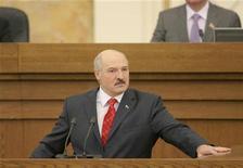 <p>Президент Белоруссии Александр Лукашенко выступает перед парламентом в Минске 21 апреля 2011 года. Президент Белоруссии Александр Лукашенко заявил, что Россия готова выдать кредиты Белоруссии общей суммой $6 миллиардов, сообщила пресс-служба Лукашенко. REUTERS/BelTA/Handout/Gennady Semyonov</p>