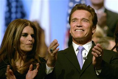 California Governor Arnold Schwarzenegger claps next to his wife Maria Shriver after being sworn in for a second term as governor during his inauguration ceremony Sacramento, California, January 5, 2007. REUTERS/Kimberly White