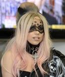 <p>Foto de archivo de la cantante Lady Gaga a su llegada a las oficinas del diario Metro en Londres, mayo 16 2011. La extravagante cantante de pop Lady Gaga desbancó este año a la magnate estadounidense de los medios Oprah Winfrey al frente de la lista Forbes de las 100 celebridades más poderosas divulgada el miércoles. REUTERS/Paul Hackett</p>
