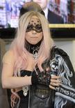 <p>Леди Гага в офисе Metro International в Лондоне, 16 мая 2011 года. Эпатажная поп-дива Леди Гага сместила на вторую строчку телеведущую популярного американского ток-шоу и медиамагната Опру Уинфри в рейтинге самых влиятельных мировых знаменитостей издания Forbes. REUTERS/Paul Hackett</p>