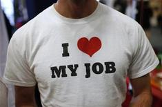 <p>A recruiter for a software company wears a t-shirt as he meets job seekers at a large career fair at the Rutgers University in New Brunswick, New Jersey, January 6, 2011. REUTERS/Mike Segar</p>