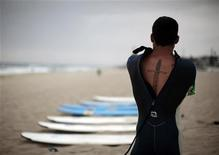 <p>Army veteran Edward Menchavez zips up his wetsuit at a surf therapy program for military veterans in Manhattan Beach, California May 7, 2011. REUTERS/Lucy Nicholson</p>