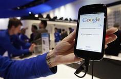 <p>Un smartphone Samsung exploité sous Android. Le système d'exploitation pour mobiles de Google est devenu le numéro un du marché devant Apple, mais des dirigeants estiment que ces deux géants qui écrasent le secteur ne sont pas encore hors de portée. /Photo d'archives/REUTERS/Albert Gea</p>