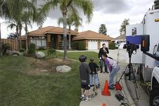 <p>Neighborhood children talk to a television news crew as they prepare to report in front of the home of Mildred Patricia Baena, in Bakersfield, California, May 18, 2011. REUTERS/David McNew</p>