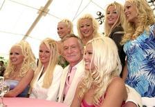 <p>Foto de archivo del fundador de la revista Playboy, Hugh Heffner, en la masión homónima, abr 26 2011. Playboy anunció que subirá a internet las ediciones de la revista de los últimos 57 años.</p>