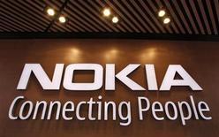"""<p>Foto de archivo del logo corporativo de la firma Nokia en su tienda insigne de Helsinki, sep 29 2010. Nokia dijo el viernes que estaba negociando con varios proveedores de chips para sus futuros modelos con Windows Phone, tras decidir usar a Qualcomm en sus primeros """"teléfonos inteligentes"""" con software de Microsoft. REUTERS/Bob Strong</p>"""