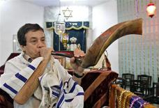 <p>Ezekiel Isaac Malekar, honorary secretary of the Judah Hyam Synagogue synagogue, poses with a shofar horn inside the synagogue in New Delhi May 20, 2011. REUTERS/B Mathur</p>