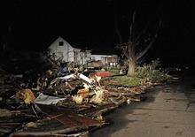 <p>Дом в городе Джоплин (штат Миссури), не пострадавший в результате торнадо, 23 мая 2011 года. Сильные торнадо пронеслись в воскресенье по некоторым районам Среднего Запада США, убив более 30 человек. REUTERS/Mike Stone</p>
