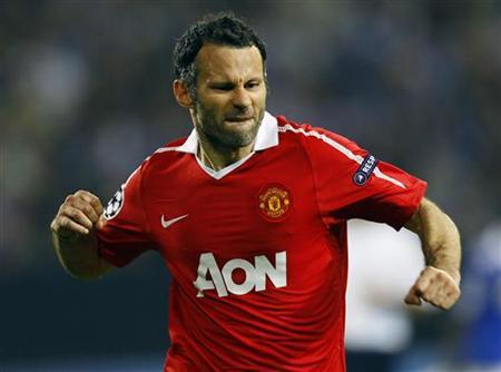 Manchester United's Ryan Giggs celebrates his goal against Schalke 04 during their Champions League semi-final first leg soccer match in Gelsenkirchen April 26, 2011. REUTERS/Wolfgang Rattay