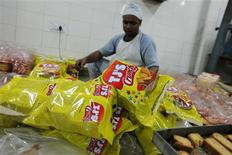 <p>An inmate packs rusks at a bakery inside the Tihar Jail complex in New Delhi May 11, 2011. REUTERS/Adnan Abidi</p>