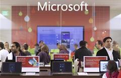 <p>Foto de archivo de un grupo de clientes al interior de una tienda de Microsoft en Bellevue, EEUU, nov 18 2010. Microsoft lanzó el martes una actualización de su software Windows para teléfonos móviles, con la esperanza de cerrar la brecha que lo separa de los líderes de ese mercado, Google y Apple. REUTERS/Marcus Donner</p>
