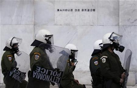 Riot policemen stand guard in front of the Bank of Greece during a rally in Athens, May 12, 2011. REUTERS/Yiorgos Karahalis