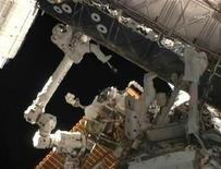 <p>Los astronautas Drew Feustel (izquierda en la imagen) y Mike Fincke a las afueras del transbordador Endeavour, en una imagen dispuesta por NASA TV, mayo 25 2011. Dos astronautas del transbordador Endeavour realizaron el miércoles una larga caminata fuera de la Estación Espacial Internacional para extender el alcance de su grúa robótica y aumentar su abastecimiento de energía. REUTERS/NASA TV/Handout Imagen para uso no comercial, ni ventas, ni archivos. Solo para uso editorial. No para su venta en marketing o campañas publicitarias. Esta imagen fue entregada por un tercero y es distribuida, exactamente como fue recibida por Reuters, como un servicio para clientes.</p>