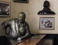 <p>Foto de archivo de una estatua de bronce del escritor estadounidense Ernest Hemingway en el bar Floridita de La Habana, jul 1 2010. El legado del escritor estadounidense Ernest Hemingway en Cuba, donde vivió por más de 20 años hasta la década de 1960, está siendo recuperado gracias a una reciente flexibilización de Estados Unidos que facilita los viajes de académicos a la isla de gobierno comunista. REUTERS/Desmond Boylan</p>