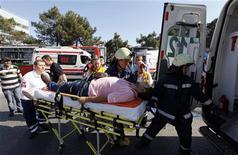 <p>Карета скорой помощи увозит пострадавшего при взрыве в Стамбуле мужчину, 26 мая 2011 года. По меньшей мере семь человек, включая офицера полиции, пострадали в результате предполагаемого взрыва бомбы в Стамбуле в четверг, передают турецкие СМИ. REUTERS/Murad Sezer</p>