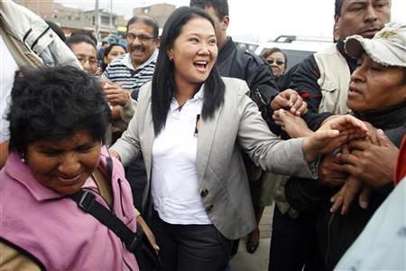 Peru's Presidential candidate Keiko Fujimori greets supporters during a rally in the outskirts of Lima May 26, 2011. REUTERS/Enrique Castro-Mendivil