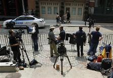 <p>Журналисты стоят у дома в Нью-Йорке, где под арестом находится экс-глава Международного валютного фонда Доминик Стросс-Кан, 26 мая 2011 года. Адвокаты экс-главы Международного валютного фонда Доминика Стросс-Кана боятся, что утечка информации из полицейского управления может нарушить право их клиента на справедливое правосудие. REUTERS/Brendan McDermid</p>