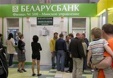 <p>Люди стоят перед пунктом обмена валют в Минске, 20 мая 2011 года. Валютный кризис, который Белоруссия переживает с середины марта, подорвал миф о стабильной и процветающей под строгим присмотром государства экономике, заставив вспомнить о 1990-х с их дефицитом, очередями и стремительным ростом цен. REUTERS/Vasily Fedosenko</p>