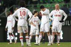 """<p>Игроки """"Монако"""" после матча в Ренне 4 декабря 2010 года. В то время как на улицах Монте-Карло проходит очередной этап """"Формулы 1"""", местный футбольный клуб участвует в другой гонке - за выживание. REUTERS/Stephane Mahe</p>"""