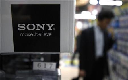 A man looks at Sony Corp's products at an electronics store in Tokyo May 26, 2011. REUTERS/Toru Hanai