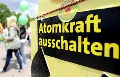 """<p>Плакат с надписью """"Исключить атомную энергию"""" во время демонстрации в Берлине 28 мая 2011 года. Германия хочет закрыть все свои ядерные реакторы к 2022 году и сократить использование электроэнергии на 10 процентов к 2020 году. REUTERS/Fabian Bimmer</p>"""