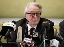 <p>Бывший министр иностранных дел Франции Ролан Дюма выступает на пресс-конференции в Триполи 29 мая 2011 года. Бывший министр иностранных дел Франции Ролан Дюма заявил, что готов защищать Муаммара Каддафи в Гаагском суде. Он посетил Ливию, чтобы подготовить судебное дело от имени жертв бомбардировок НАТО. REUTERS/Louafi Larbi</p>