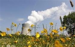 <p>Foto de archivo de la central nuclear de Gundremmingen, Alemania, mayo 14 2011. Alemania quiere cerrar todos sus reactores nucleares para el 2022, declaró el lunes la coalición de Gobierno de la canciller Angela Merkel, en un rápido giro en la política energética del país después del desastre de la central japonesa de Fukushima. REUTERS/Michaela Rehle</p>