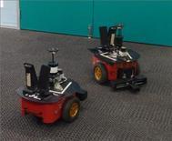 """<p>Una pareja de robots """"Lingodroids"""" """"conversa"""" en la Universidad de Queensland, Australia, mayo 30 2011. Aún no están discutiendo sobre el último chisme de farándula ni dándose consejos sobre acciones, pero unos robots australianos han comenzado a hablar entre ellos y con un lenguaje de su propia invención. AUSTRALIA-ROBOTS/ REUTERS/University of Queensland/Handout Imagen para uso no comercial, ni ventas, ni archivos. Solo para uso editorial. No para su venta en marketing o campañas publicitarias. Esta imagen fue entregada por un tercero y es distribuida, exactamente como fue recibida por Reuters, como un servicio para clientes.</p>"""