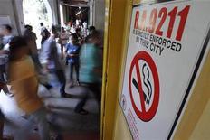 <p>Плакат, запрещающий курение, в Маниле 30 мая 2011 года. Табак в этом году убьёт примерно 6 миллионов людей, в том числе 600.000 некурящих, потому что государства прилагают недостаточно усилий для борьбы с пагубной привычкой и защиты от пассивного курения, сообщила Всемирная организация здравоохранения (ВОЗ) во вторник. REUTERS/Romeo Ranoco</p>