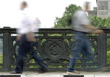 <p>Pedestrians cross a bridge decorated with Soviet-era symbols in Tbilisi, May 31, 2011. REUTERS/David Mdzinarishvili</p>