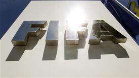 <p>Логотип ФИФА перед штаб-квартирой организации в Цюрихе 29 мая 2011 года. Глава немецкой футбольной федерации призвал в среду ФИФА пересмотреть свое решение отдать право на проведение чемпионата мира 2022 года Катару в свете разыгрывающегося сейчас коррупционного скандала. REUTERS/Arnd Wiegmann</p>