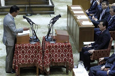 Japan's Prime Minister Naoto Kan (R) debates with the main opposition Liberal Democratic Party leader Sadakazu Tanigaki at the parliament in Tokyo June 1, 2011. REUTERS/Kim Kyung-Hoon
