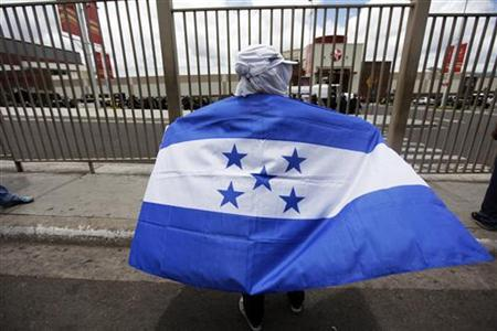 A supporter of ousted Honduran President Manuel Zelaya protests outside a mall center in Tegucigalpa, July 29, 2009. REUTERS/Edgard Garrido
