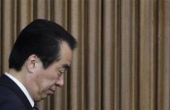 <p>Премьер-министр Японии Наото Кан после заседания членов правящей Демократической партии в Токио 2 июня 2011 года. Премьер-министр Японии Наото Кан смог предотвратить прохождение вотума недоверия правительству в парламенте, предложив за несколько часов до голосования уйти в отставку после того, как справится с ядерным кризисом и другими последствиями землетрясения. REUTERS/Kim Kyung-Hoon</p>