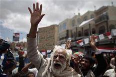 <p>Участники антиправительственных протестов в Сане 2 июня 2011 года. Десятки человек погибли в боях между войсками президента Йемена Али Абдуллы Салеха и его противниками в ночь на четверг в Сане. Предотвратить начало гражданской войны пытается Вашингтон, направивший в регион своего представителя. REUTERS/Ammar Awad</p>