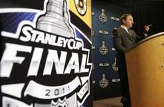 <p>NHL Commissioner Gary Bettman attends a press conference before Game 1 of the NHL Stanley Cup Final hockey playoff in Vancouver, British Columbia June 1, 2011. REUTERS/Ben Nelms</p>