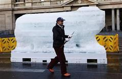<p>Sculptor Mark Coreth prepares to start carving an ice polar bear at Circular Quay in central Sydney June 3, 2011. The ice polar bear will gradually melt as people are encouraged to touch and feel the melting ice, which symbolise the plight of polar bears in the Arctic where melting ice caps are threatening their survival. REUTERS/Daniel Munoz</p>