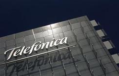 <p>Foto de archivo del logo de la firma Telefónica en su casa matriz de Madrid, jul 29 2010. La base de clientes de Telefónica se redujo en abril en el mercado español en prácticamente todos los negocios del mercado, según datos publicados el viernes por la Comisión del Mercado de Telecomunicaciones. REUTERS/Susana Vera</p>