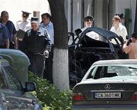 <p>Полиция обследует место взрыва в Кишиневе 7 июня 2011 года. По меньшей мере один человек ранен в результате взрыва легкового автомобиля в центре столицы Молдавии во вторник около полудня. REUTERS/Valerii Corcimari</p>