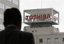 <p>Foto de archivo. Un hombre se dirige hacia la sede de Toshiba Corp en Tokio REUTERS/Toru Hanai</p>