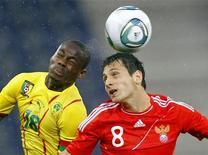 <p>Игрок сборной России Алан Дзагоев (справа) и Эйонг Эно из команды Камеруна борются за мяч, 7 июня 2011 года. Сборная России по футболу в обновленном составе сыграла вничью с командой Камеруна 0-0 в товарищеской встрече, прошедшей в Австрии. REUTERS/Dominic Ebenbichler</p>