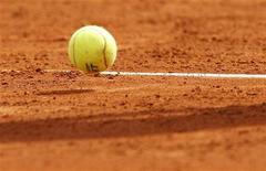 <p>Тенисный мяч на корте в Монако, 13 апреля 2010 года. Российская теннисистка Арина Родионова неожиданно вышла в 1/4 финала турнира Edgbaston Classic, проходящего в английском Бирмингеме. REUTERS/Regis Duvignau</p>