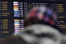 <p>Пассажир смотрит на информационное табло в аэропорту близ Брюсселя, 24 декабря 2010 года. Забастовка персонала, отвечающего за загрузки воздушного судна, и операторов обработки багажа привела к отмене многих входящих и исходящих рейсов в Брюссельском аэропорту в четверг. REUTERS/Thierry Roge</p>