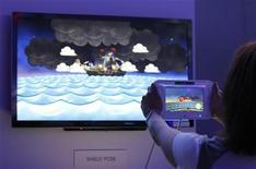 <p>Démonstration de la nouvelle console Wii U de Nintendo, dont la manette est dotée d'un écran tactile. Electronic Arts et Activision Blizzard ont apporté leur soutien cette semaine à la nouvelle console Wii U de Nintendo, une initiative surprenante après des années de relations houleuses entre les deux premiers éditeurs de jeux vidéo et la firme japonaise. /Photo prise le 7 juin 2011/REUTERS/Mario Anzuoni</p>