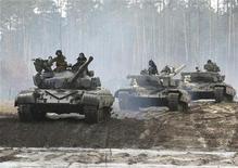 """<p>Танки T-64B во время учений в """"Десне"""" в 100 километрах к северу от Киева 26 февраля 2008 года. Украинская государственная компания по экспорту и импорту вооружений Укрспецэкспорт подписала контракт на поставку в Эфиопию более 200 танков на сумму около $100 миллионов, сказал Рейтер представитель компании. REUTERS/Gleb Garanich</p>"""