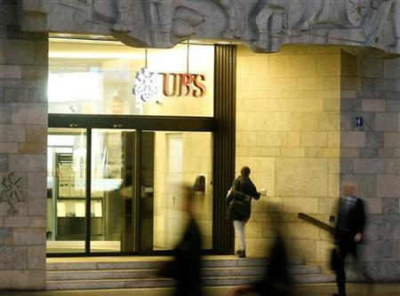 People walk past the headquarters of Swiss Bank UBS in Zurich February 8, 2011. REUTERS/Arnd Wiegmann