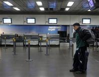 <p>Пассажир ждет рейса в аэропорту Буэнос-Айреса, 7 июня 2011 года. Десятки воздушных рейсов отменены в Аргентине и Уругвае в четверг из-за извержения чилийского вулкана, сообщают представители аэропортов. REUTERS/Enrique Marcarian</p>